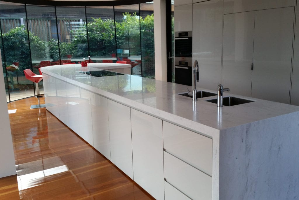 Kitchen with a waterfall end and thermoformed breakfast bar
